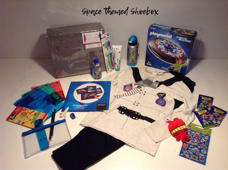 Space themed shoebox for a 5-8 year old boy or girl // My favorite items in this box are the astronaut shirt and the UFO-Frisbee with an alien. // humedica: Geschenk mit Herz