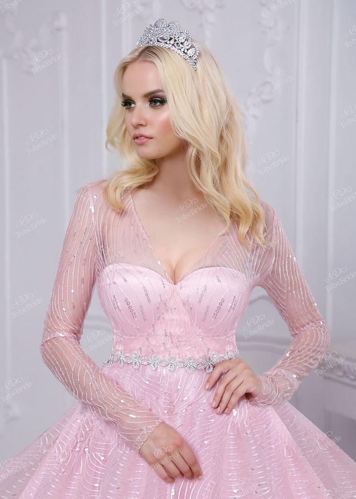 Потрясающе нежное платье! Розовая ткань с серебристым узором создает ощущение сияния, а открытая спина и декольте придают наряду кокетливости. Серебряный пояс удачно довершает образ. В этом платье Вы точно станете королевой бала!