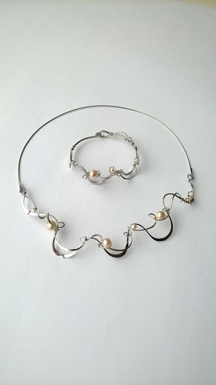 """Souprava+""""Ve+vlnách+pohlazeno+perlami""""+Autorské+šperky.+Originály,+které+existují+pouze+vjednom+jediném+exempláři.+Vyniká+svou+lehkostí,+kouzelným+prostorovým+tvarem+a+elegancí+čisté+linie.+Působí+velmi+vzdušně,+elegantně.Nevšední+řešení+s+perlami+poutá+pozornost,+ale+není+okázalé,+díky+čemuž+se+tyto+šperky+hodí+ke+každé+i+každodenní+příležitosti...."""