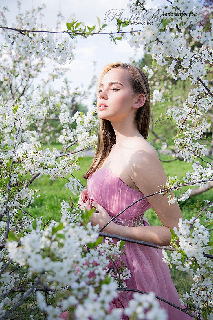 Профессиональный фотограф. Фото съемка. Beauty fashion women in flower apple garden.
