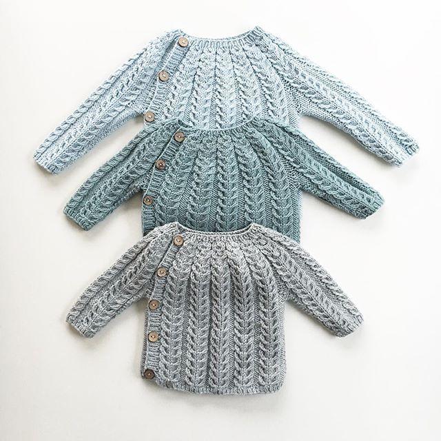 Jeg har ryddet i strikkeskuffen til Alvin og funnet tre Snoningstrøjer som alle er blitt for små. De som var såååå store da jeg strikket dem. Den øverste rakk han ikke å bruke engang. Skulle gått an å krympe små gutter.... #snoningstrøje #knitting #knittersofinstagram #instaknit #knitting_inspiration #strikke #strikkemamma