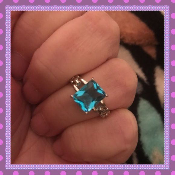 🦄GORGEOUS Chain Design Aquamarine Ring🦄 🆕💙🆕ABSOLUTELY STUNNING Chain Design Band, 10K White Gold Filled, Aquamarine Stone, Approx. 3.5 Carats, Ring Weight about 4g. This ring is gorgeous. 💙💘Size 7🆕💙🆕PRICE IS FIRM Boutique Jewelry Rings