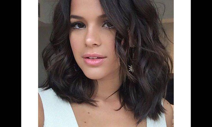 A atriz Bruna Marquezine mudou o visual, apostando no long bob com fios na altura dos ombros