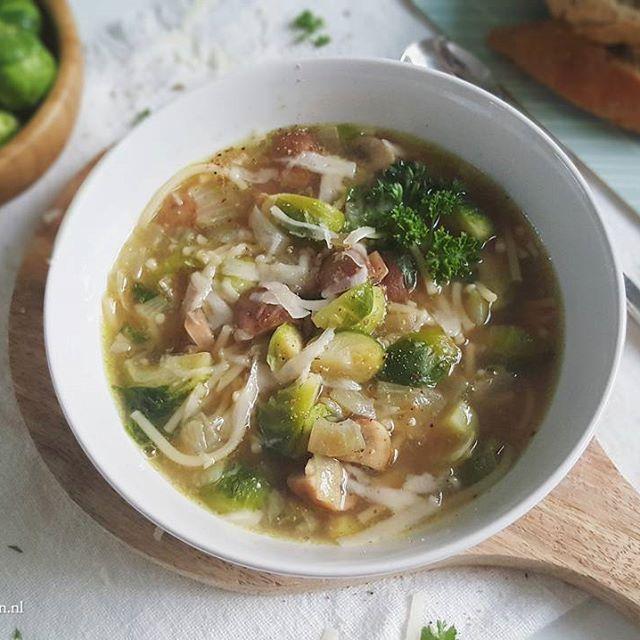 WIe is er fan van spruitjes?? Vier de winter met deze vegetarische spruitjessoep met kastanjechampignons. Heerlijk zacht en vullend. En je kunt er bijvoorbeeld ook nog gebakken (vegetarische) spekjes aan toevoegen :-) Het recept vind je in ieder geval nu op de site! #vegetarisch #soep #soupdujour #spruitjes #champignons #nuonline