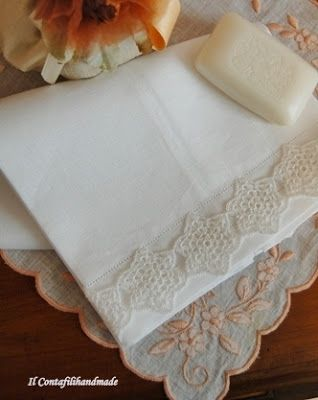 Blog su ricami e sfilature eseguiti interamente a mano su puro lino