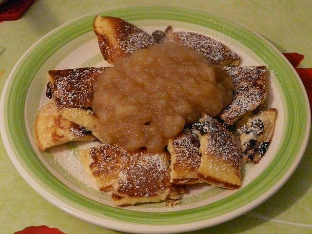 Recette de compote de poires aux châtaignes à la vanille (Ardèche) - Délicieuse compote de fruits de saison, originale, idéale du dessert au goûter. Utilisez des poires bien mûres, même abimées, sucrées, des marrons cuits au four, de la vanille. Tu peux la servir avec un fondant au chocolat, la servir avec des crêpes, la transformer en tourte sablée sucrée...