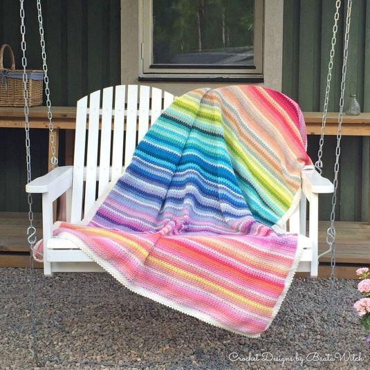 Denna v-stitchpläd är virkad med 35 färger av Catania. Specialpris på garnpaket (52 nystan) hos BautaWitch.com.