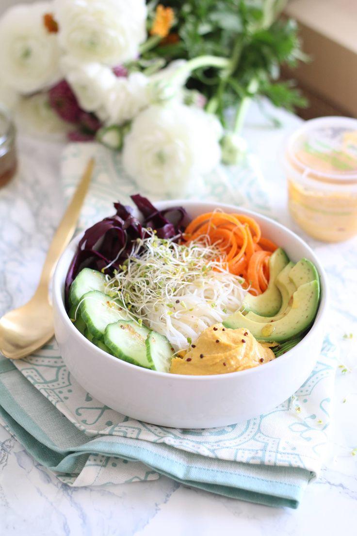 L'idée l(ég)umineuse du jour par Melisphere : un Buddha Bowl aux vermicelles de riz, spaghettis de carotte, chou rouge émincé, concombre en rondelles, pousses d'alfalfa, tranches d'avocat et au houmous de lentilles corail L'atelier V*  En relevant le tout d'une vinaigrette à l'huile d'olives et au piment d'Espelette... on se régale    #alimentation positive #recettevegan #buddhabowl #LéguminoVores #Houmous #lentillecorail
