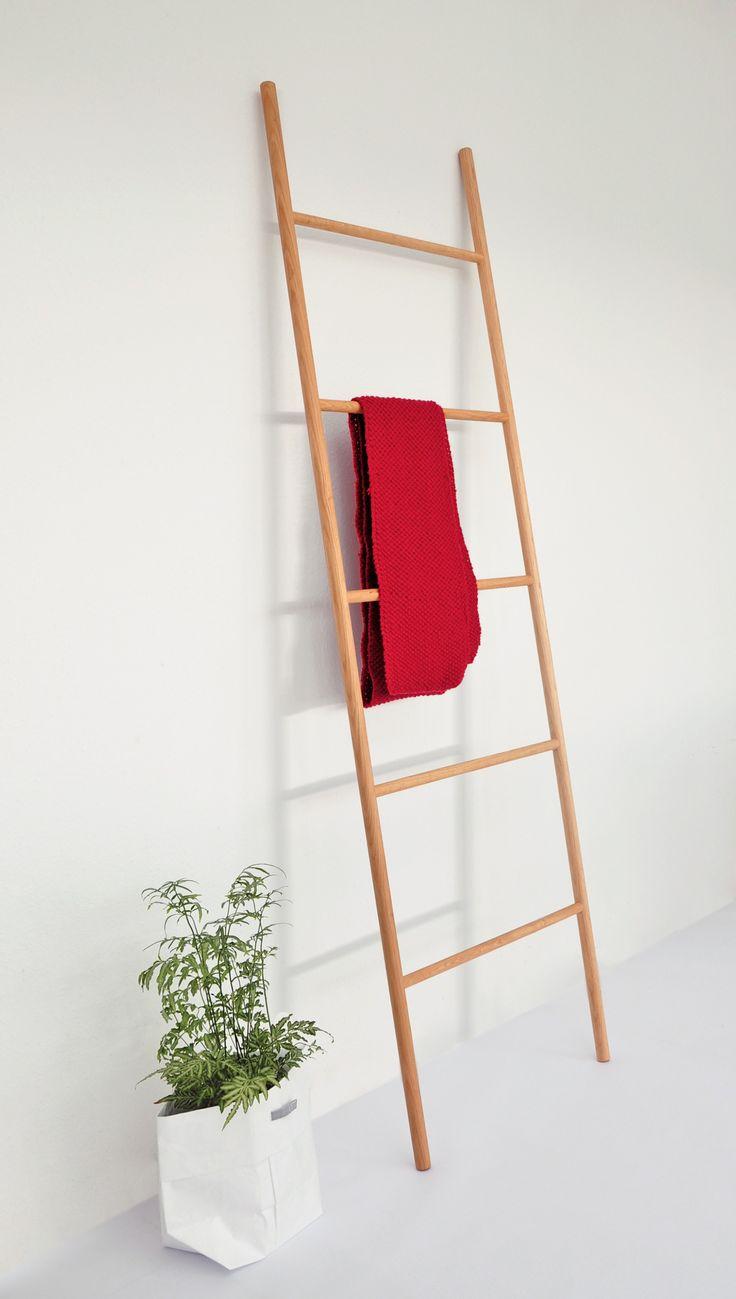 Een decoratieve ladder om je kleren of handdoeken aan op te hangen. Staat mooi in de badkamer of je slaapkamer. Beschikbaar in licht of donker eikenhout. Een ontwerp vanJohanna Dehio voor Raumgestalt.