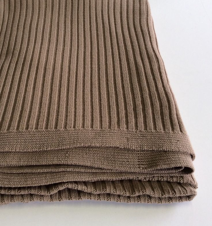 Coperta in lana lavorazione a coste colore nocciola.