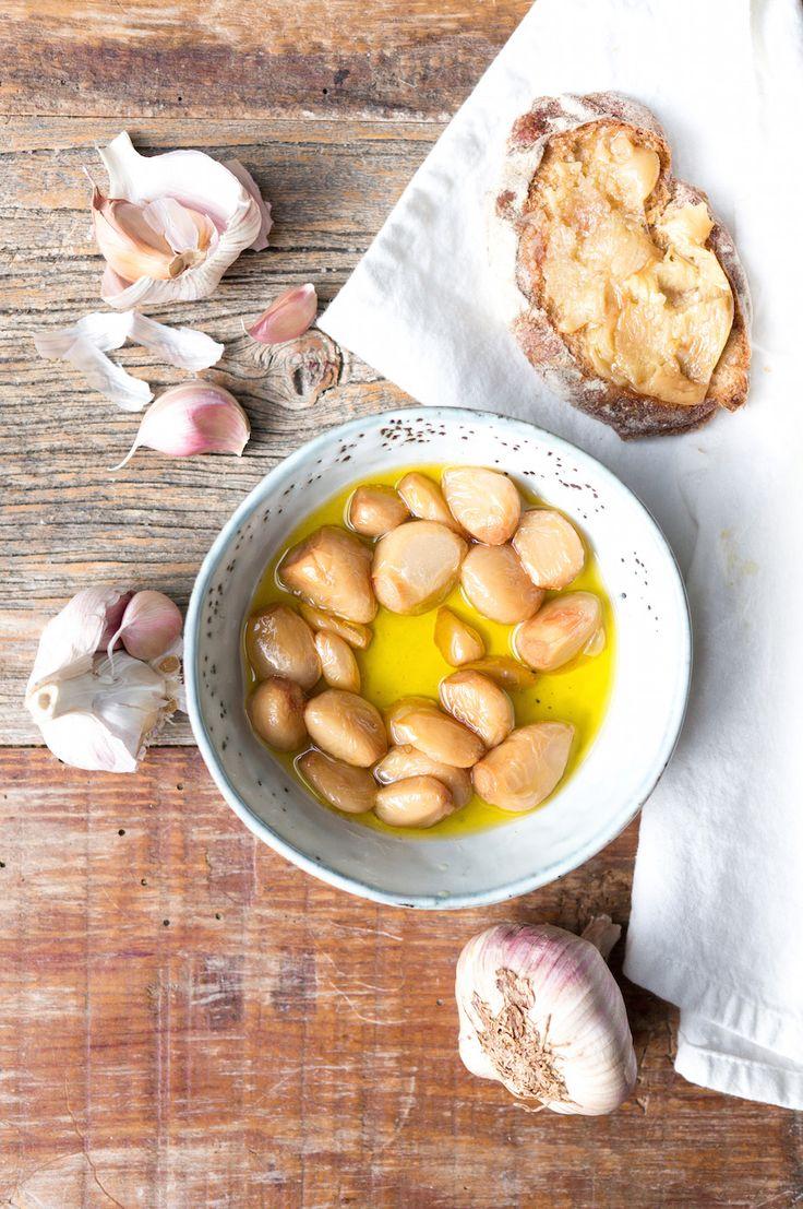 Garlic confit is een fantastische smaakmaker. De zoete, romige knoflook in aromatische knoflookolie pept groenten op, maar is ook goddelijk door een salade, in sauzen, soepen en op toast. Confit = kon
