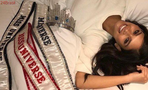 Pia Wurtzbach, a Miss Universo 2016, brinca que dorme com faixas e coroa