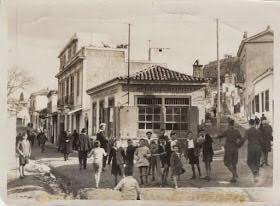 Η φωτογραφία τραβήχτηκε το 1928, τρία χρόνια προτού αυτή η γειτονιά της Αθήνας εξαφανιστεί για πάντα από τον χάρτη! Βρισκόταν στο σημείο που σήμερα εκτείνεται ο αρχαιολογικός χώρος των Αθηνών μεταξύ Θησείου, Αρχαίας και Ρωμαϊκής Αγοράς. Η συνοικία ονομαζόταν Βρυσάκι και εκτός από σπίτια, υπήρχαν καφενεία και ταβέρνες, ενώ εκεί λειτουργούσε και το Πρωτοδικείο.