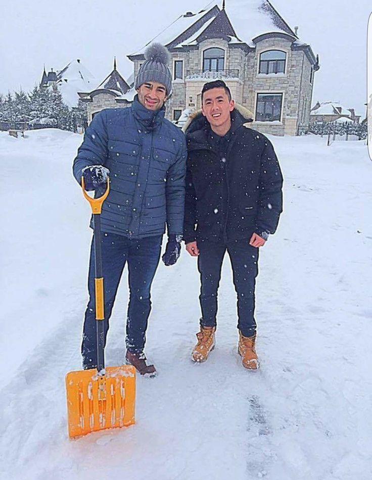 Il est facile de juger un joueur de hockey professionnel par rapport à ses performances sur la glace, mais aussi par son comportement hors-glace devant les caméras. Mais connaissons-nous vraiment tous de nos joueurs favoris? Une chose est certaine, le capitaine des Canadiens,Max Pacioretty, nous a fait la démonstration d'une grande générosité hier en ces temps de neige intense. En effet, le numéro 67 des Canadiens a arrêté sa voiture pour aider un homme à déneiger sa voiture. Voyant que…
