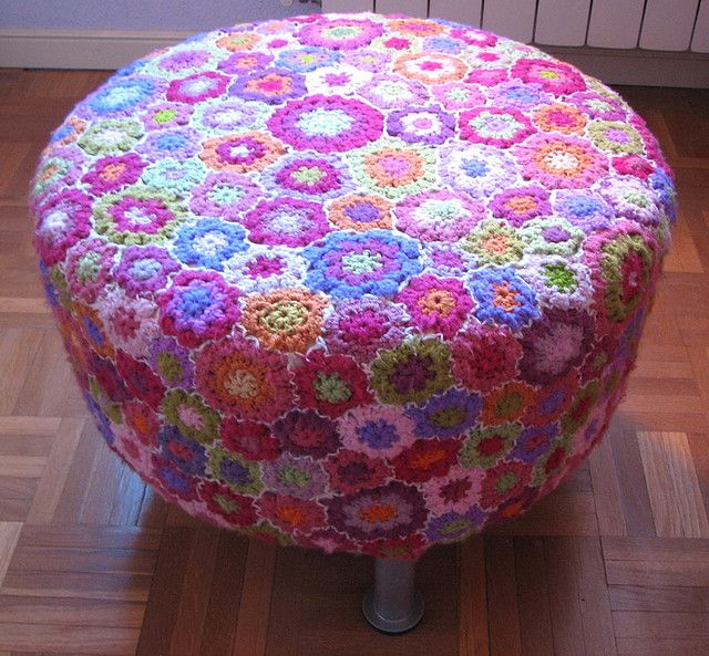 Ganchillo de flores by fperezajates, via Flickr. Made from a lot of flowers in different sizes. I like the way they are stitched together with white yarn. That makes this work special.