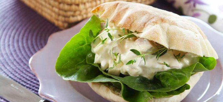 Hvorfor kjøpe pitabrød når du enkelt kan lage dem hjemme på ditt eget kjøkken? Pitabrød trenger ikke heve lenge og skal stekes i svært varm ovn slik at brødene blåser opp og danner en lomme. Lommen kan du fylle med salat, kylling, falafal, kebab, laks, ja - nesten alt mulig rart! Hjemmelagde pitabrød passer også fint å servere som kuvertbrød ved siden av salater eller supper.