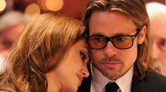 Perceraian yang tak tahu apa ujungnya ini tak henti disorot masyarakat. Menarik beberapa pihak sebagai penyebab pasangan Angelina Jolie dan Brad Pitt bercerai, sampai saat ini masih belum tau apa alasan sebenarnya. Sempat diwawancara sebuah media, Pitt merasa dirinya sangat terpukul dan sedih dengan keputusan Jolie. Namun ia mengatakan, dirinya tak bisa berbuat apa-apa, ia hanya ingin mengutamakan kebahagiaan anak-anaknya.