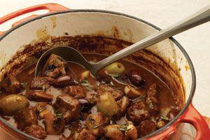 Mijoté de veau aux olives et aux champignons : • 5 c. à tab (75 ml) d'huile végétale • 2 lb (908 g) de veau à ragoût, coupé en cubes de 1 po (2,5 cm) • 1 oignon moyen, ciselé • 2 gousses d'ail hachées • 1/3 tasse (80ml) de vin blanc • ¼ tasse (60 ml) de farine • 3 c. à tab (45 ml) de pâte de tomate • 6 tasses (1.5 l) de bouillon de bœuf • 1 paquet de 8 oz (227 g) de champignons, coupés en quartiers • 12 olives vertes siciliennes, dénoyautées • 12 olives noires Kalamata, dénoyautées • 1 c. à…