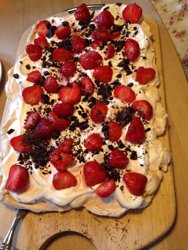 Marengs, flødeskum, danske jordbær og hakket mørk chokolade.