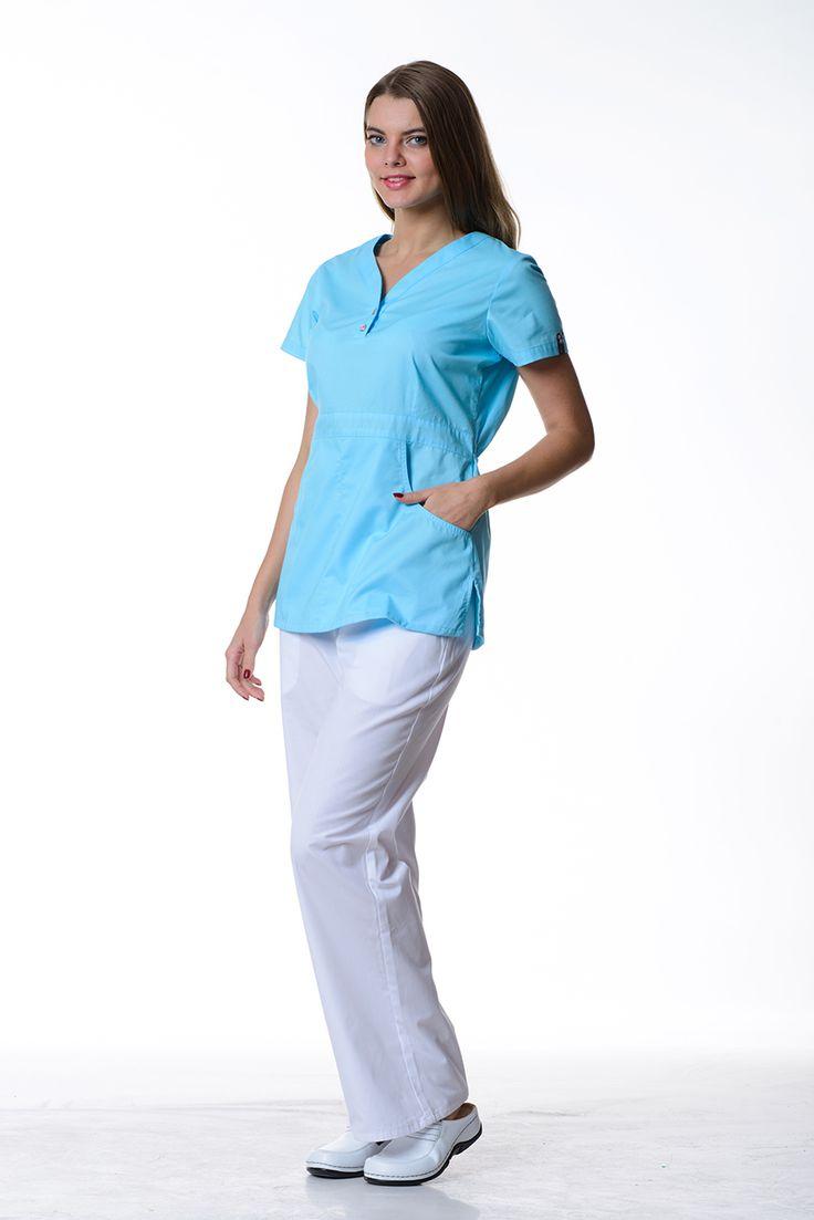 Блузка приталенного силуэта с V-горловиной и двумя накладными карманами.