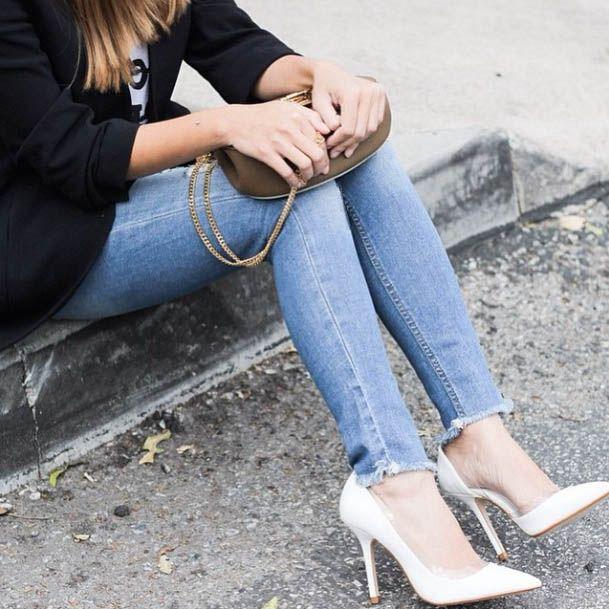 Как восхитительно смотрится эта «бахрома» на женственной лодыжке! В этом году просто бум на разного рода состаренные детали: рваности, необработанный края и т.п. Именно они на контрасте подчеркивают изящность и утонченность женской натуры. Подобрать себе именно такие привлекательные джинсы вы сможете в JiST.