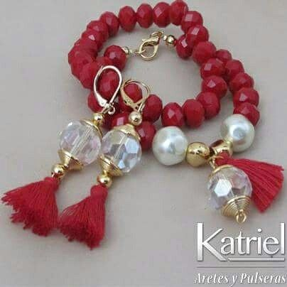 Pulseras en rondelas rojo vibrante, perla polvo de nacar; areres y dijes: borlas y cristales.