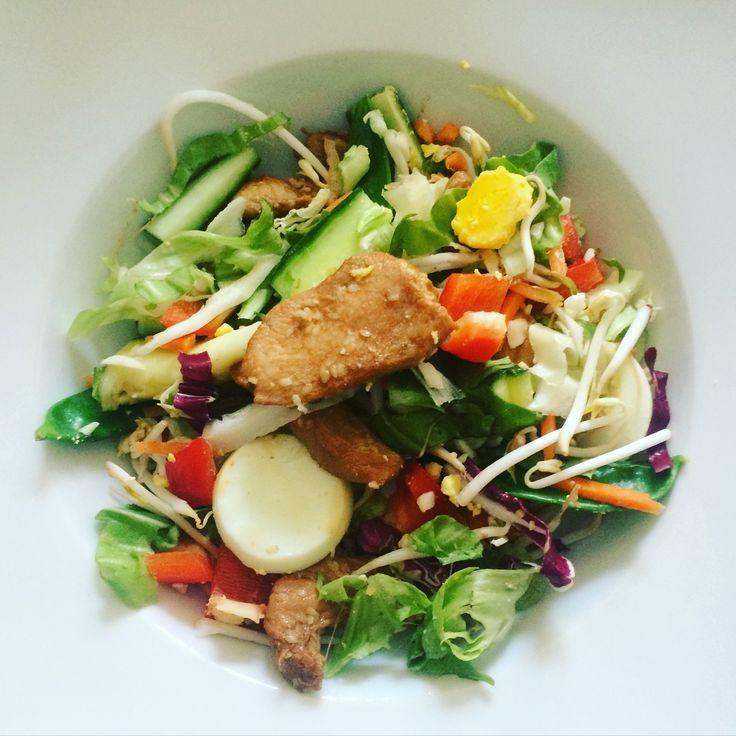 Aziatische salade met kip gemarineerd in ketjap en sesam