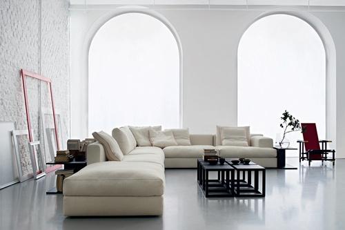 ALB IMACULAT Podele albe, pereţi imaculaţi, canapele imense în aceeaşi nuanţă... Nu e prea mult, te asigurăm! Mai ales dacă tot acest ansamblu e dispus într-o încăpere cu geamuri foarte mari. Fii originală şi lasă ferestrele neacoperite de perdele şi pe post de tablouri foloseşte câteva rame goale.  Foto: Yannis Vlamos