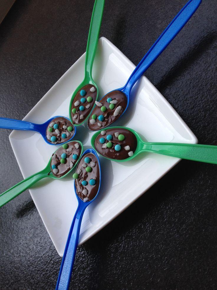 Chocolade lepels versierd met feestelijke sprinkels.