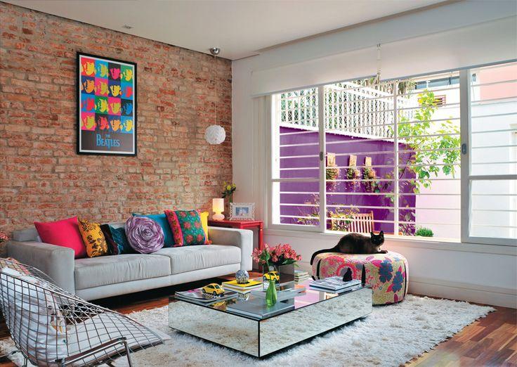 A designer espantou a impessoalidade que tanto a incomodava na casa. Na área social, tacões de ipê substituíram o piso frio de porcelanato. Descascada, a parede da sala expõe os tijolos originais dos anos 60.