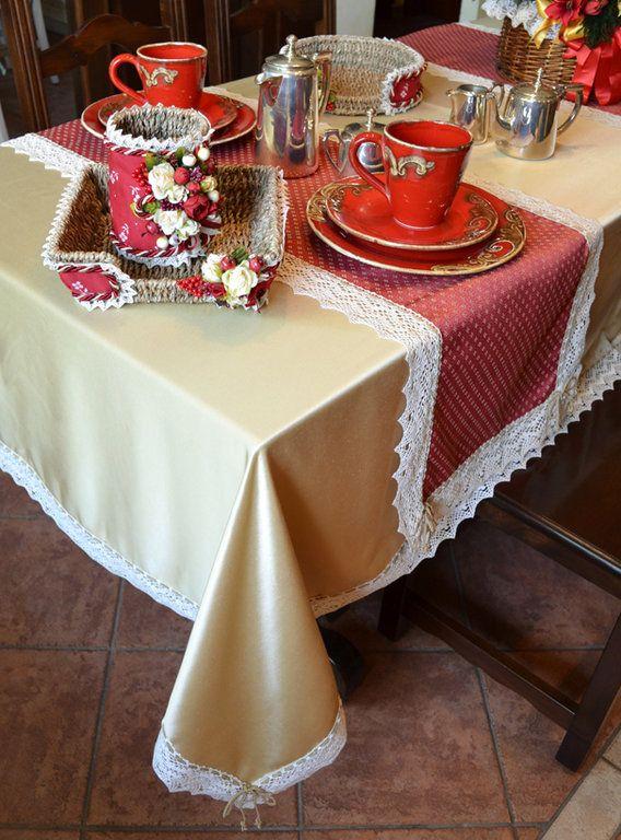 TOVAGLIA CHAMPAGNE - PatriziaB.com  Tovaglia realizzata in prezioso tessuto effetto lucido color champagne ed arricchita da due runner in tessuto bordeaux puntinato beige