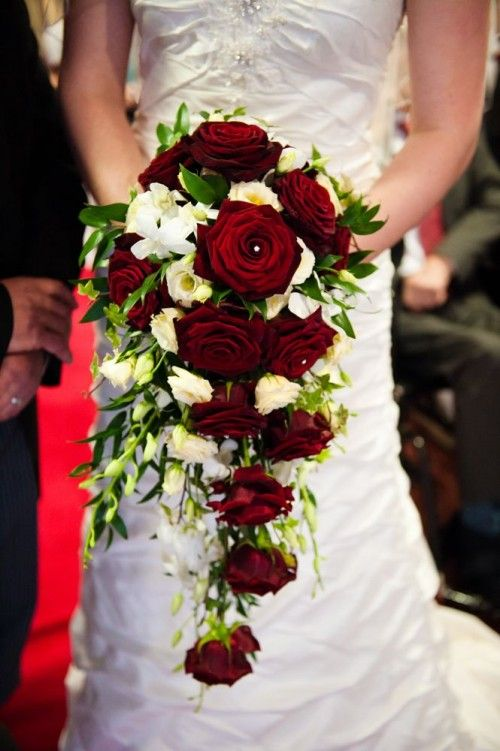 33 Adorable Christmas Wedding Bouquets – Traditional and Not Only - Weddingomania