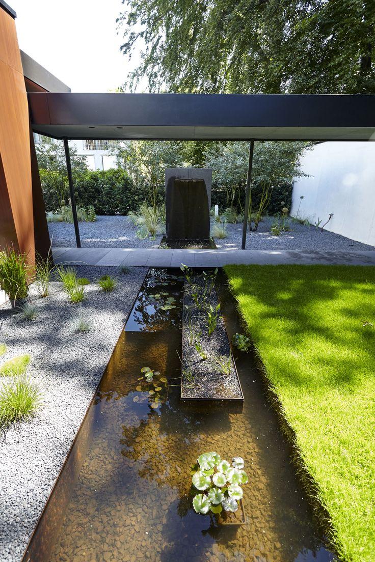Wunderschönes Wasserspiel aus Cortenstahl mit Pflanzeninseln von Rheingrün. Koi Karpfen geeignet