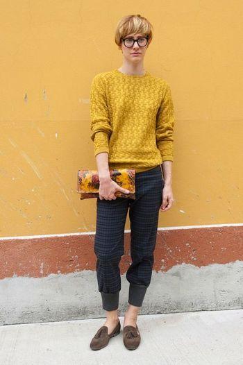 からし色のセーターと、チェックパンツを合わせたスタイル。 さらりとした着こなし、真似したいです。