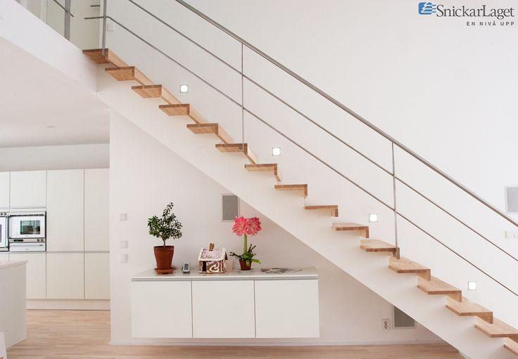 Trappa Balk med steg i klarlackad ask och vitmålad balk. Räcke 2 i rostfritt stål.  #trappa #balk #balktrappa #ask #ash #kök #kitchen #livingroom #snickarlaget #inspo #inspiration #design