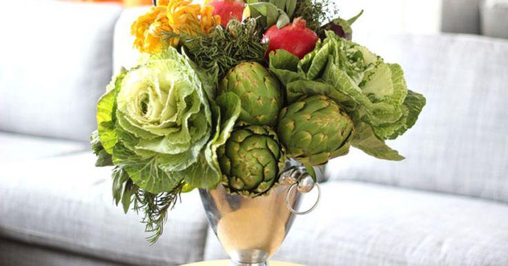 Cómo hacer un arreglo moderno con frutas y verduras. No todos los arreglos florales tienen que tener flores. Este arreglo muestra la generosidad del otoño en todo su esplendor con calabazas, alcachofas, granadas y otras frutas y verduras de la estación. Es una forma elegante de adornar la repisa de la chimenea en otoño o una mesa de bufet para Acción de Gracias. Lo que es mejor, podrás comer cada ...