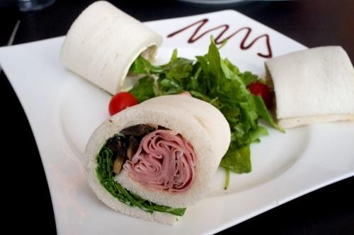 tramezzini spinaci rosolati, pinoli e mortadella (prosciutto arrosto ).