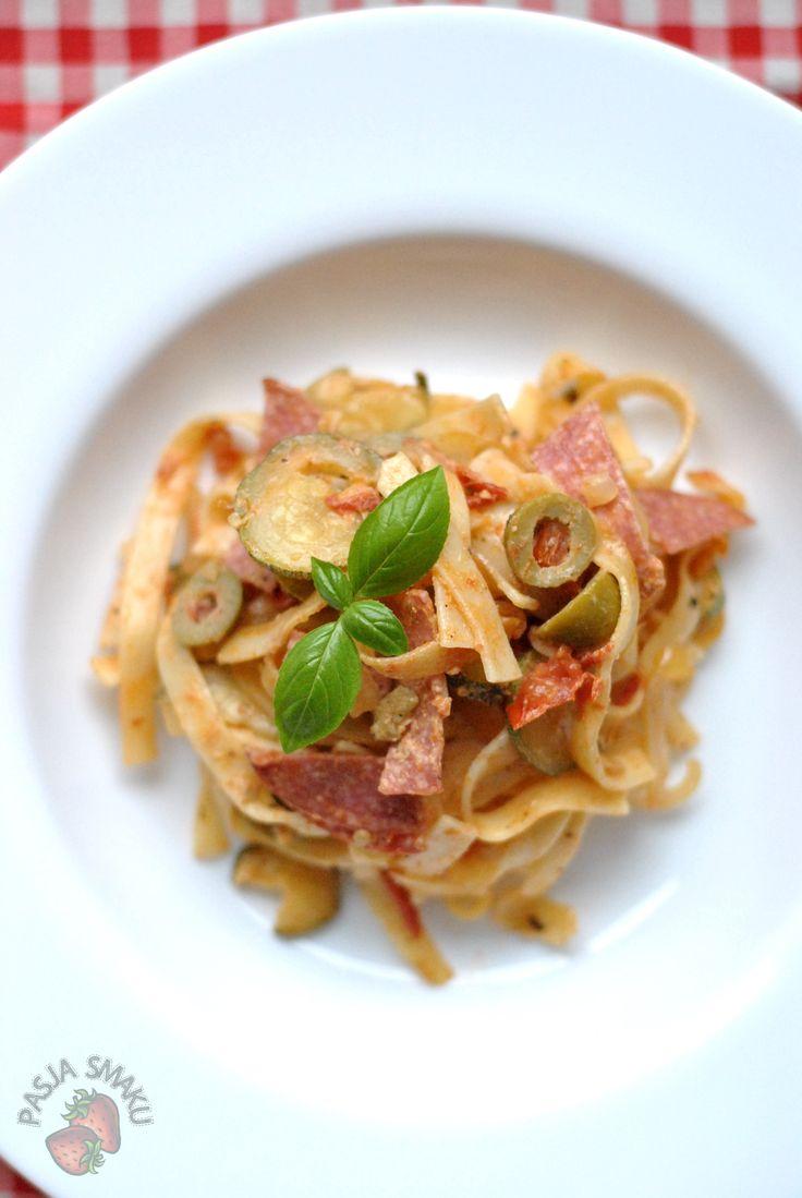 Pasja Smaku: Makaron z salami i oliwkami
