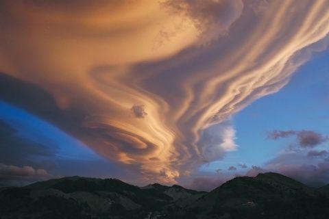 nuvens lenticulares sobre a Nova Zelândia , Várias nuvens empilhadas umas sobre as outras formam uma impressionante nuvem lenticular