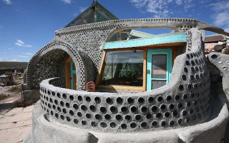 Майкл Рейнолдс построил свой первый дом из вторсырья — материалом послужили пивные банки.