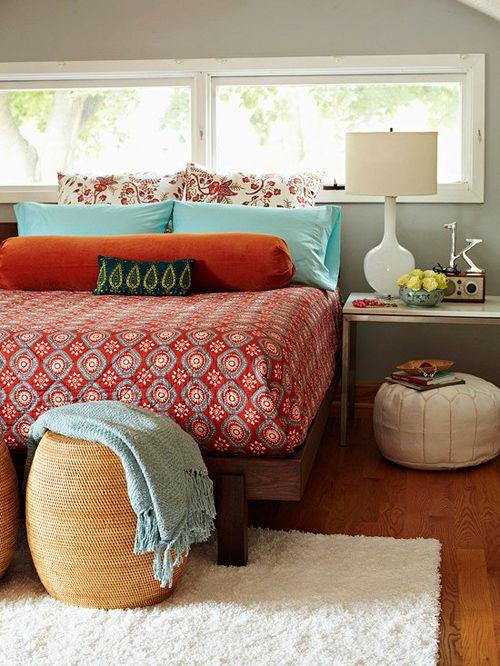 O estilo boho chic, ou hippie, aparece na decoração com a mistura de conforto, estampas, cores, texturas, flores e peças étnicas. Uma volta aos anos 60 e 70. Eu adoro!