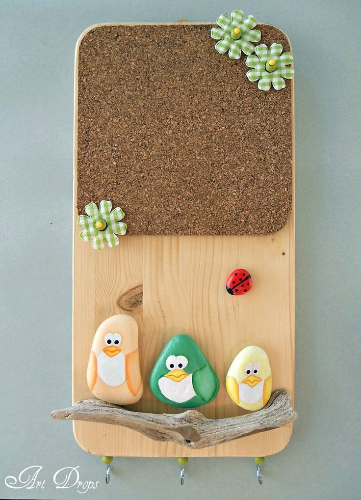 Cute little DIY memo board. The page is in another language but just looking at it I am thinking painted rocks for the birds and bug with a driftwood rest for them all, on a plain pine board with a cork sheet.