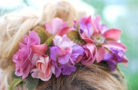 hårbånd med rosa blomster