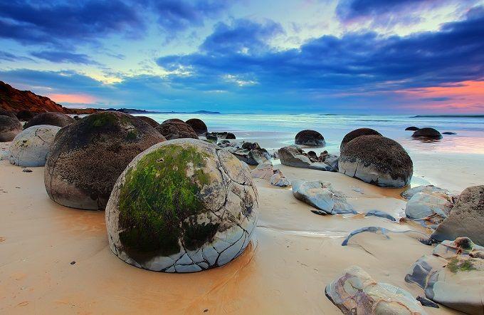 Moeraki Boulders, Neuseeland Diese ungewöhnlichen Kugelformationen befinden sich in Otago auf der Südinsel Neuseelands und sorgen für eine einzigartige Strandlandschaft!