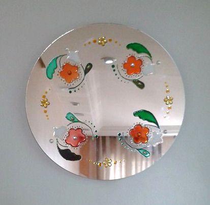 Mandala em espelho. Técnica falso vitral com chatons e pendurador. #mandala #espelho #decor #artesanato #flores #