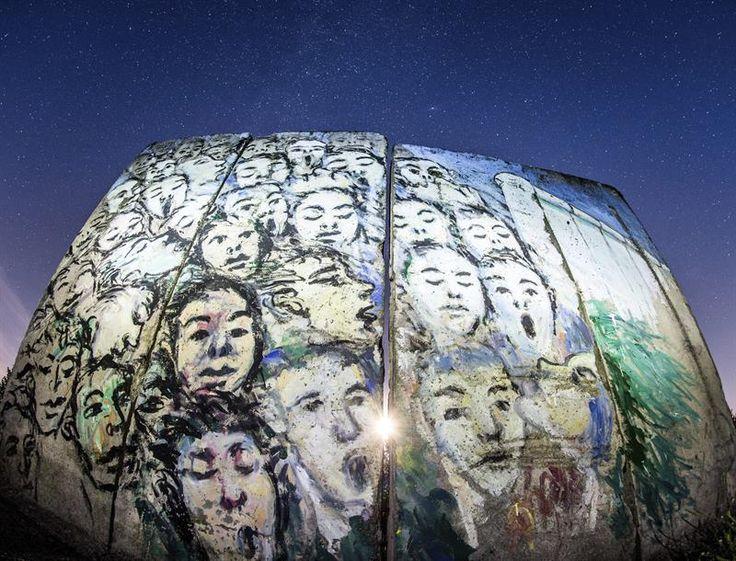 """Mural pintado pelo artista alemão de origem iraniana Kani Alavi, intitulado """"Foi o que aconteceu em novembro"""", no muro de Berlim, na Alemanha"""