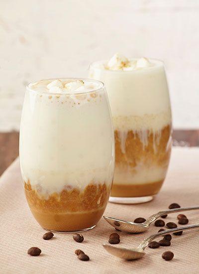 Café Latter Frío La mezcla suave de crema chantilly con el dulce de los masmelos, hacen de esta bebida una indulgencia para disfrutar cualquier día de la semana y, por que no mientras se ve una agradable película.