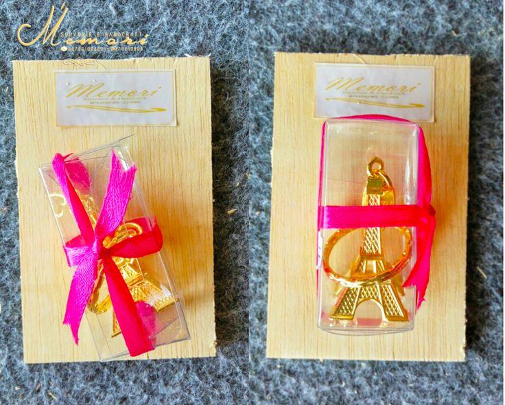Gantungan Kunci Menara Eiffel (gold).....  Aneka macam souvenir mulai dari harga 1000 sista bisa dilihat-lihat atau samperin langsung basecam kami di Jln Sriwijaya (timur epic.mall) More info 081917457928 atau pin di 7C21090B  #memorisouvenir #gadweddingorganizer #lomboksouvenir #souvenirmurah