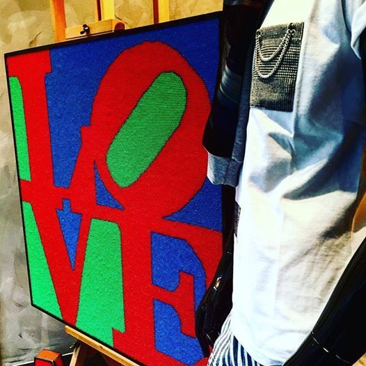 MARQUIS AN'DOGE IN VETRINA INSIEME ALLA STRAORDINARIA STRAW PIXEL ART #LOVE BY Francesco Granducato!!! #marquisandoge #mand #luxury #francescogranducato #vetrina #pixel #art #gallery #mood #like #cool #artist #taschino #poket #tshirt #mandness #brands #cannucce