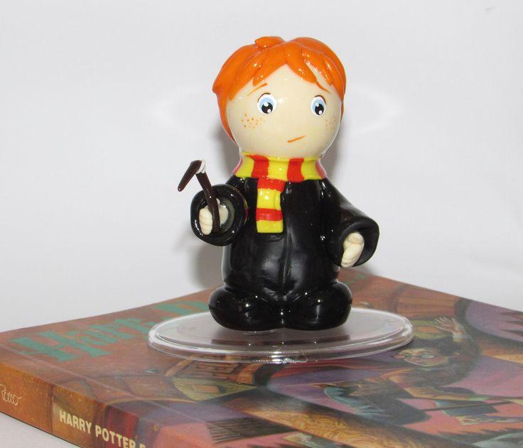 Rony Weasley  (Mini Cult) o amigo inseparável de Harry Potter.  Peça artesanal em Biscuit (Porcelana fria).